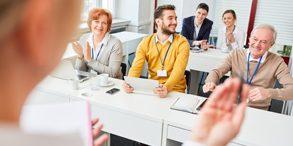 Geschäftsleute als Zuhörer im Business Seminar bei einer Schulung im Konferenzraum